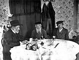 Ан-ский беседует с жителями местечка во время экспедиции 1912 г.